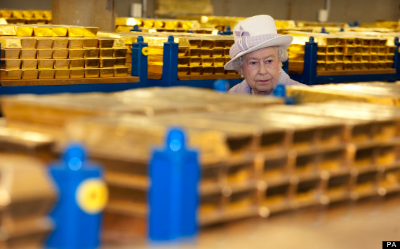 Queen Elizabeth inpects gold